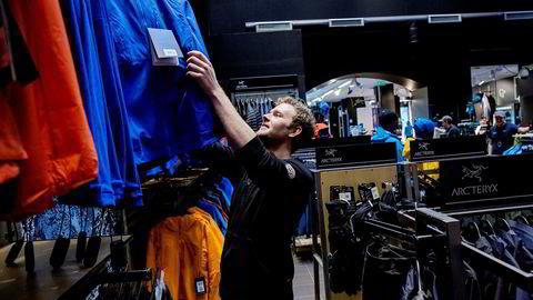 Ole Johan Morken er assisterende butikksjef ved Sport 1 i Storgata i Oslo. Han forteller at nordmenn bruker mye penger på dyrt sportsutstyr.