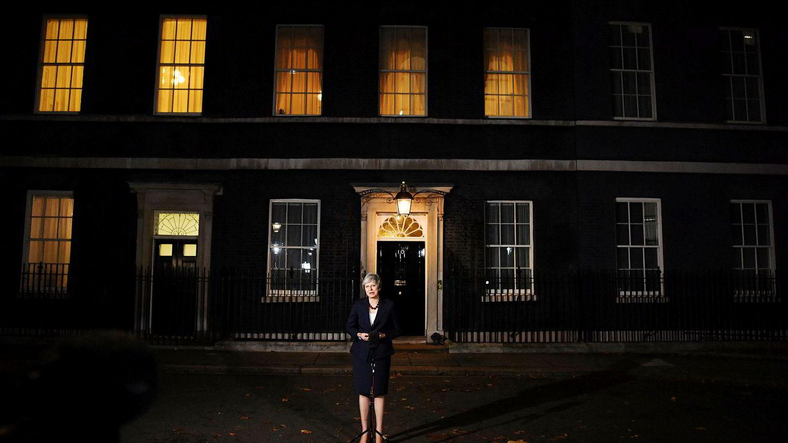 Storbritannias statsminister Theresa May presenterte regjeringens brexit-avtale utenfor Downing Street 10 onsdag kveld, før kaoset brøt løs torsdag formiddag.