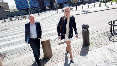 F.v. Jan Frode Johansen (34) som er toppsjef for Rema Franchise og Mette Fossum Beyer, direktør for kommunikasjon- og samfunnskontakt i Rema 1000 på vei til møte om søndagsåpent hos kulturministeren. Foto: