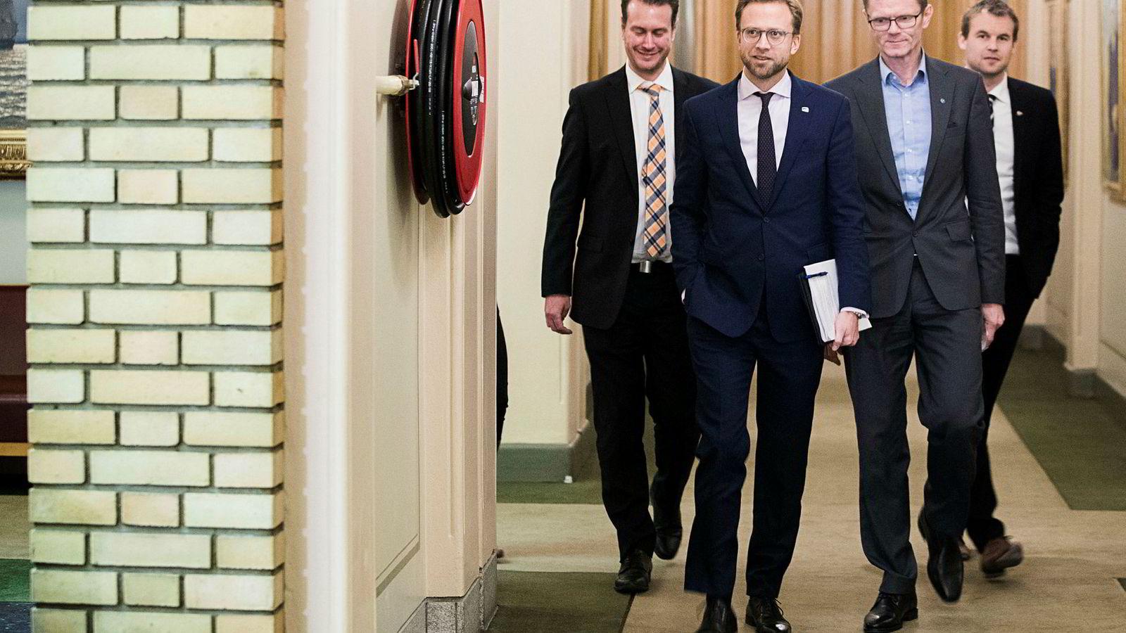 Budsjettkameratene (fra venstre) Helge André Njåstad (Frp), Nikolai Astrup (H), Terje Breivik (V) og Kjell Ingolf Ropstad (KrF) fikk avtalen om neste års budsjett til å henge sammen ved hjelp av sukker.