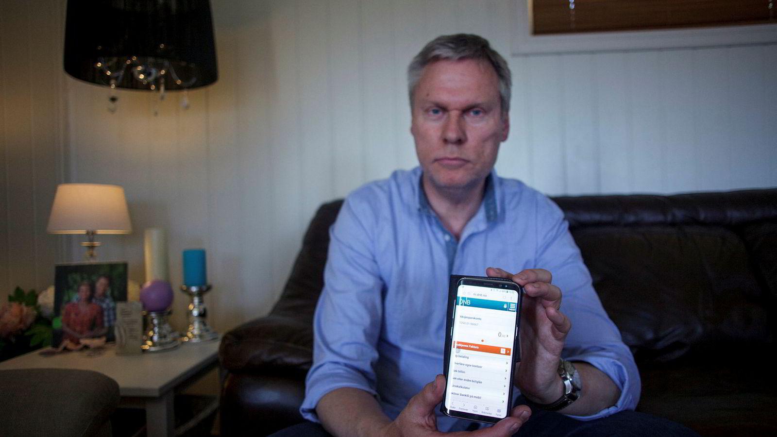 Finn Vidar Helle ba i august 2017 om at 300.000 kroner skulle overføres fra Odin til DNB. I mobilbanken i mai står det fortsatt null kroner på konto. DNB sier de 300.000 kronene nå er kommet på konto, men at de bare vises dersom han sjekker nettbanken via pc.
