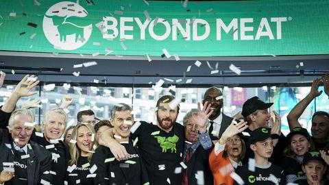 Beyond Meat ble børsnotert til jubel og fanfarer på Nasdaq-børsen torsdag. Toppsjefen Ethan Brown (i midten) hadde god grunn til å feire sammen med medarbeiderne.