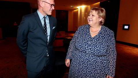 Statsminister Erna Solberg hilser på Equinors sjef for den internasjonale virksomheten Torgrim Reitan i Angolas hovedstad Luanda.