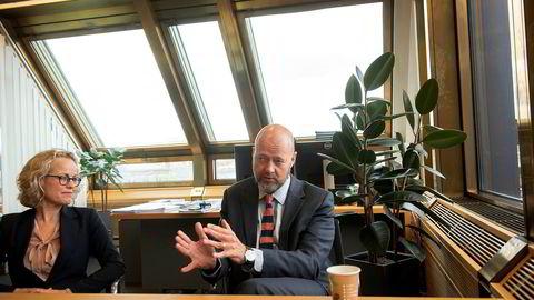 Yngve Slyngstad forklarer Oljefondets synspunkter på lederlønn. Her med Carine Smith Ihenacho, direktør for eierskap i Norges Bank Investment Management (NBIM).