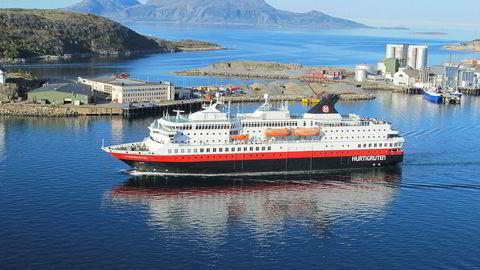 Hurtigruteskipet NordNorge på vei ut fra Bodø havn. Foto: Harald Berglihn