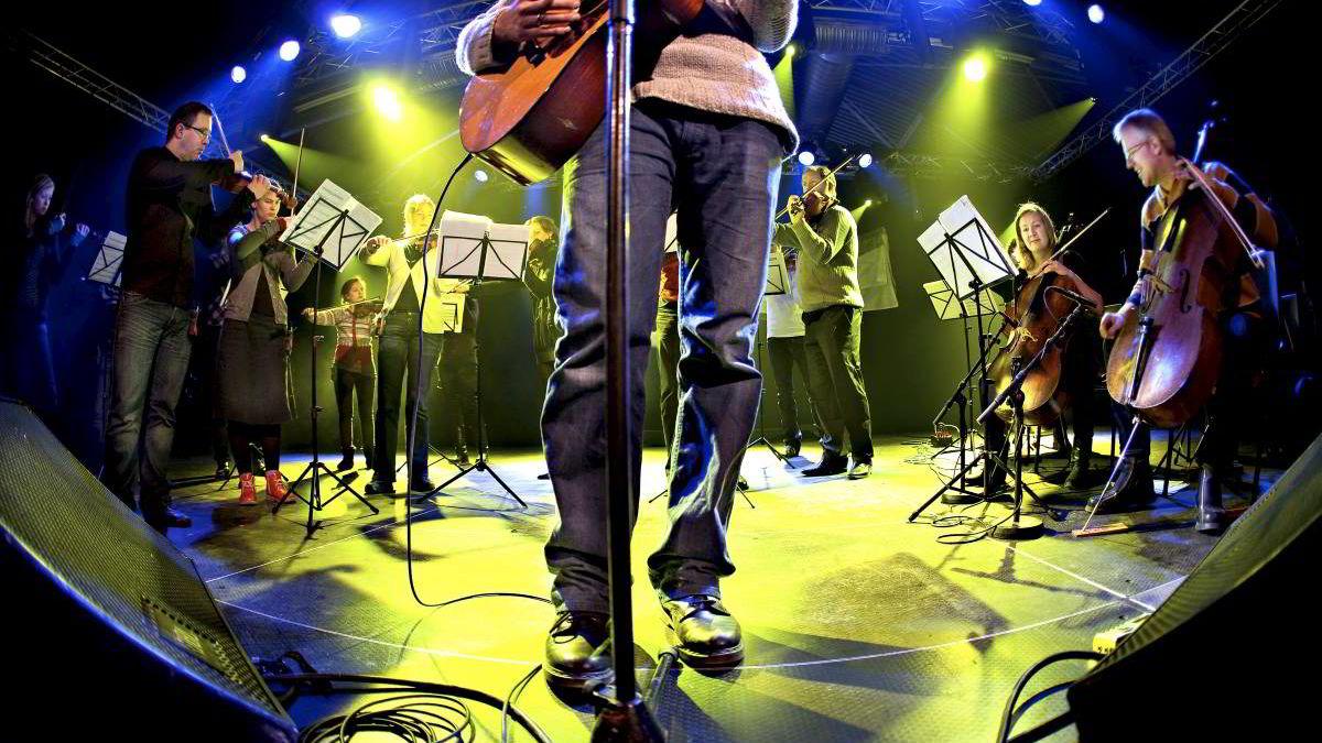 Odd Nordstoga øver her med Trondheimsolistene. Nordstoga har en viss suksess på Spotify, men neppe noe å leve av. Trondheimsolistenes mest poppulære melodi betaler knapt til lunsj på kantina. Bildet er fra Marienborg i Trondheim i 2009.