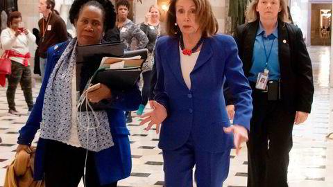 Lederen i Representantens hus, demokraten Nancy Pelosi (i midten) sammen med kongressepresentant Sheila Jackson Lee (til venstre) er på bildet på vei inn for å stemme over en resolusjon for å blokkere krisetilstanden president Trump erklærte for å kunne bygge grensemuren mot Mexico.