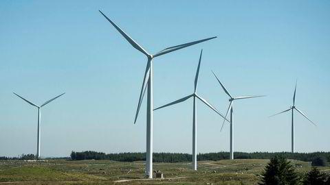 Hvor viktig er støy fra turbinblad for hva folk mener om vindkraft? Hva synes de om vindparker som består av noen få store turbiner kontra områder med mange «små»? Her, Høg-Jæren Energipark nær Varhaug i Rogaland.