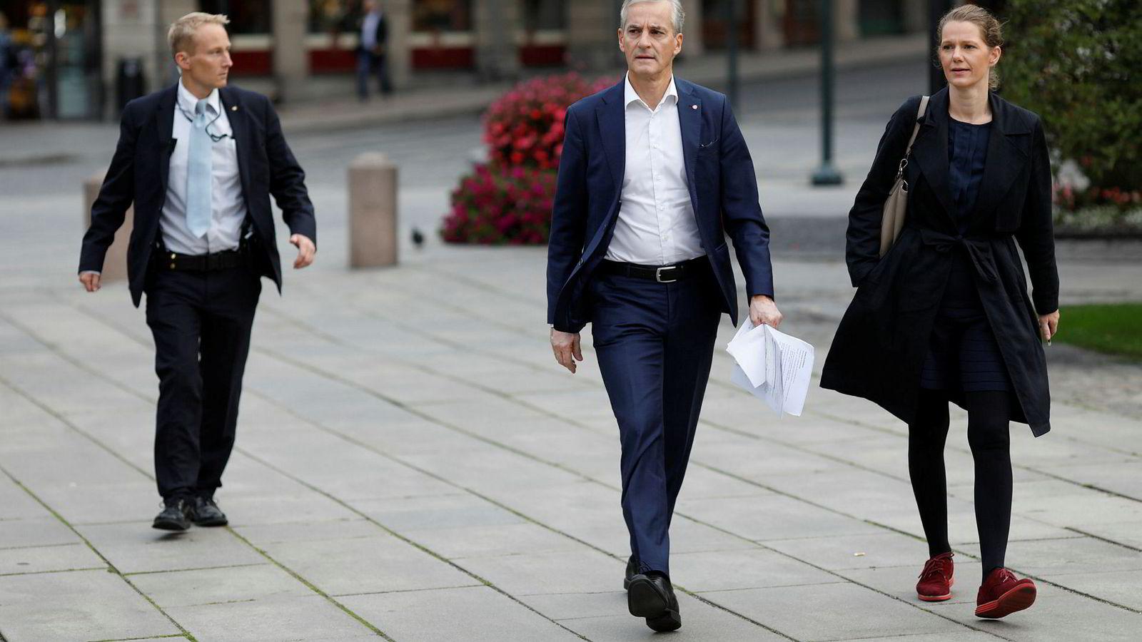 Jonas Gahr Støre og rådgiver Camilla Ryste på vei til NRKs «Politisk kvarter» utenfor Stortinget torsdag morgen.
