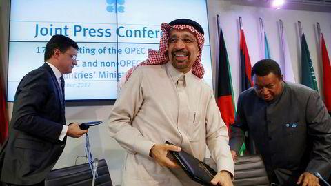 Russlands energiminister Alexander Novak (tv) og Saudi-Arabias energiminister Khalid Falih forlater det forrige Opec-møtet i november i fjor. Helt til høyre er Opecs generalsekretær Mohammad Barkindo.