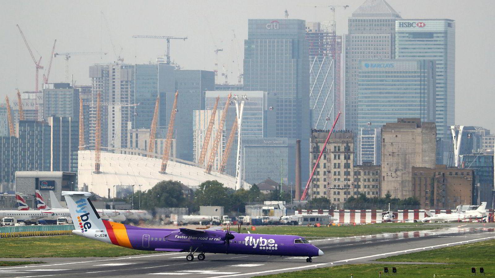 Et Flybe-fly av typen Bombardier Dash 8 Q400 takser på rullebanen ved City Airport, London.