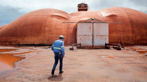 Fra Hydros aluminumsraffineri Alunorte som nå stenger ned. Her fra et besøk av Hydros finansdirektør Eivind Kallevik på anlegget.