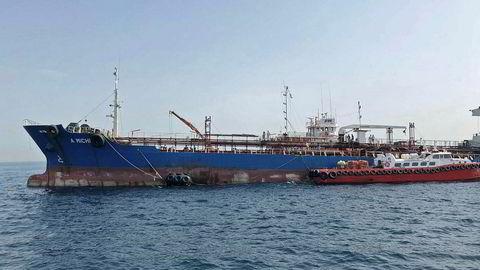 USA tror Iran var involvert i skipssabotasjer. Bildet viser et av skipene, A. Michel, som seiler under flagget til Sharjah, som er et av de sju emiratene.