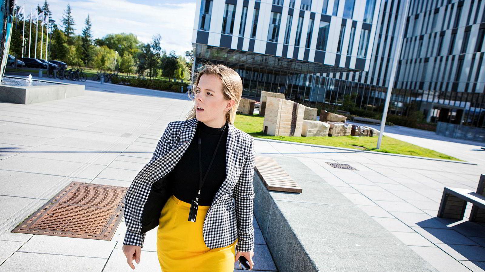 Brita Bergland (24) fikk jobb som rådgiver for samfunnsansvar før hun var ferdig med de siste eksamenene på studiet.