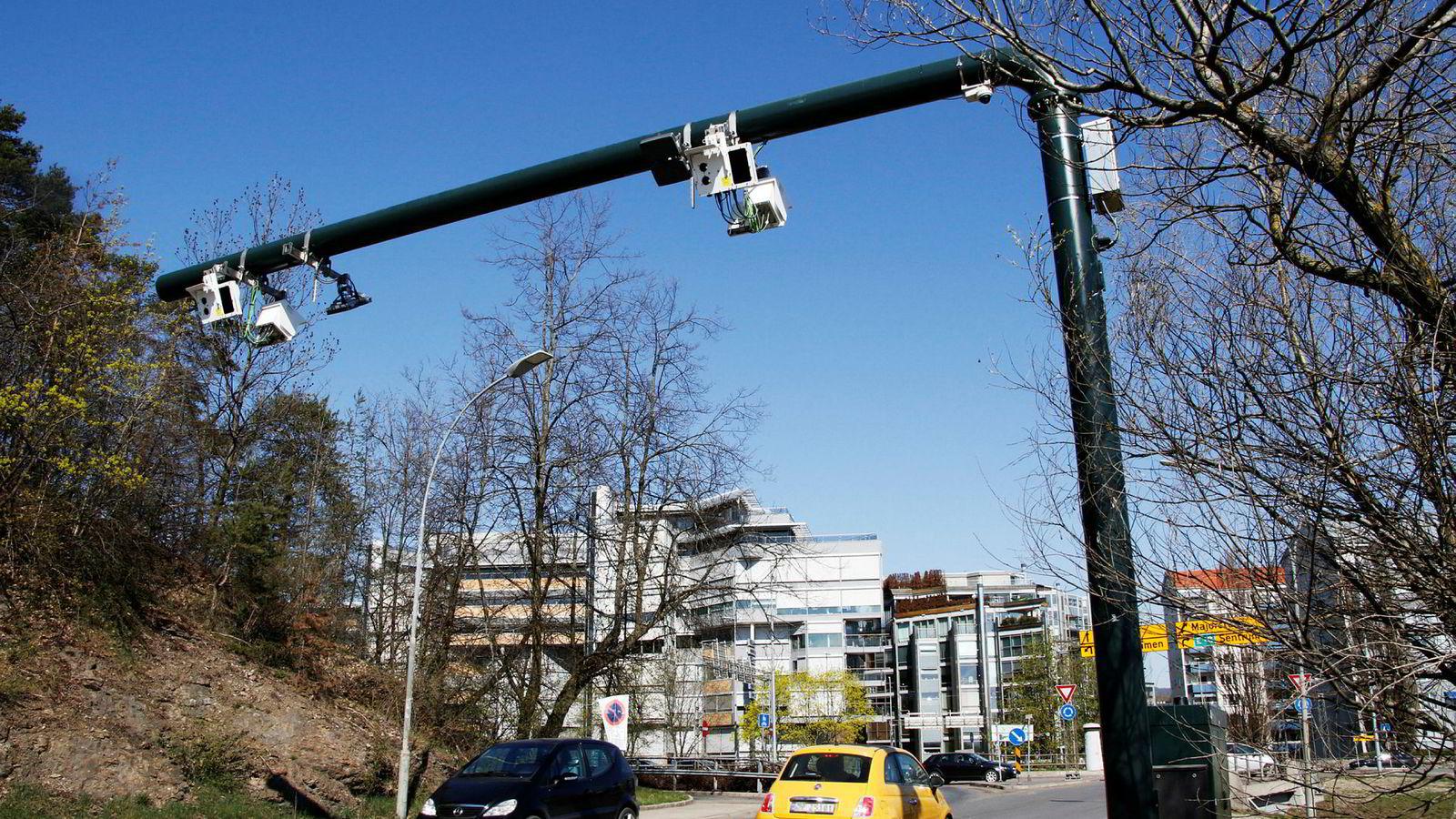 Med dagens teknologi er det så enkelt å få til et veiprisingssystem at man bare kan undres over at vi ikke for lengst har fått det, skriver artikkelforfatteren. Her fra nye bomstasjoner i Oslo.