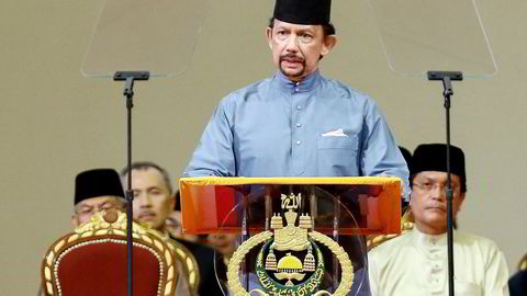 INNSKJERPING. Sultan Hassanal Bolkiah taler under en seremoni for innføring av sharialovgivning i Brunei. Lovbrudd som utroskap, homofili og fornærmelse av profeten skal heretter straffes med steining til døden. Foto: AFP Photo/NTB Scanpix