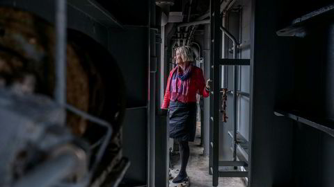 Fem år etter oljekrisen har offshorerederiet Simon Møkster først nå merket litt oppgang, ifølge administrerende direktør Anne Jorunn Møkster. Her er hun om bord i båten Stril pionér som gjøres klar til å tas ut av opplag.