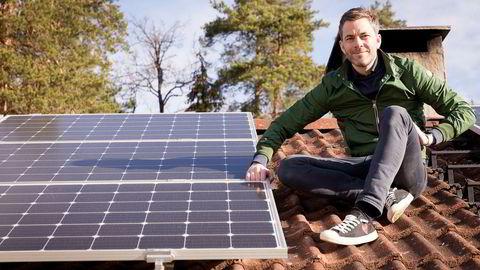 Andreas Thorsheim er en av gründerne bak Otovo, som installerer solceller på folks tak mot månedlige betalinger.– Jeg elsker solcellene mine og sjekker på telefonen hvor mye energi jeg har laget hver dag. Foto: Gunnar Lier