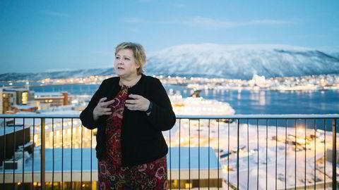 Statsminister Erna Solberg haler innpå Jonas Gahr Støre.