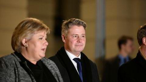 Per-Willy Amundsen, nyutnevnt justis- og beredskapsminister, kommer ut på Slottsplassen med Erna Solberg.
