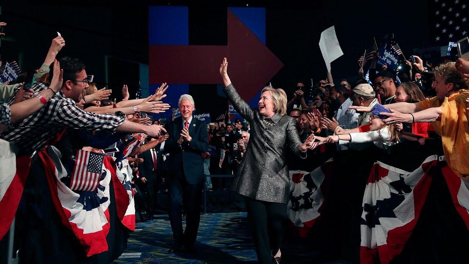 Hillary Clinton med ektemannen Bill Clinton og tilhengere i Philadelphia 26. april. Foto: Justin Sullivan/Getty Images