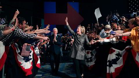 Hillary Clinton med ektemannen Bill Clinton og tilhengere i Philadelphia 26. april. Foto: Justin Sullivan/Getty Images