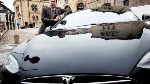 Venstres stortingsrepresentant Abid Raja er ikke flau over å kjøre Tesla, men stolt.
