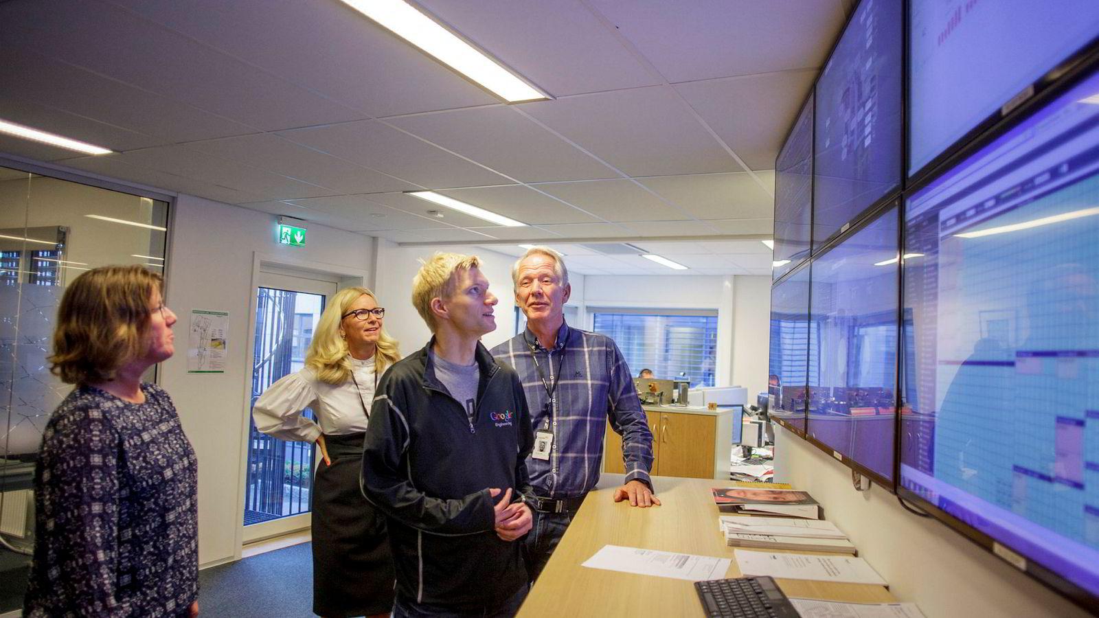 Driftssjef Kari Ranes fra Cognite, Lundin-sjef Kristin Færøvik, Lundins digitaliseringssjef Per-Johan Fallrø og teknologidirektør Geir Engdahl fra Cognite står i operasjonsrommet for Edvard Grieg-feltet og ser driftsdata strømme over skjermene.