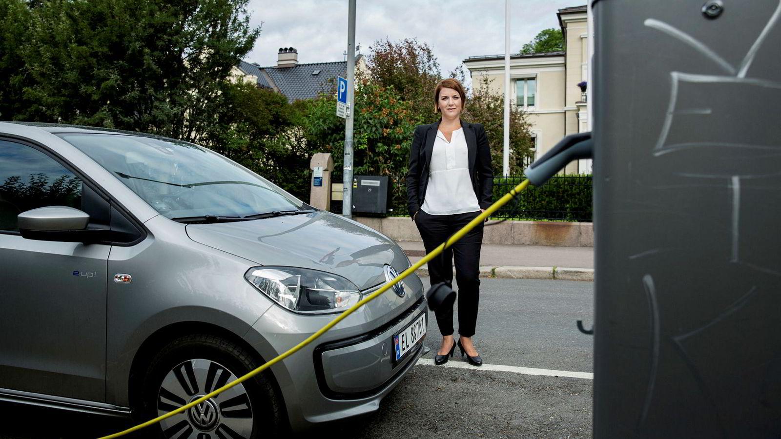 Christina Bu i Norsk elbilforening mener Naf bommer på sin kritikk av norske bilimportører.