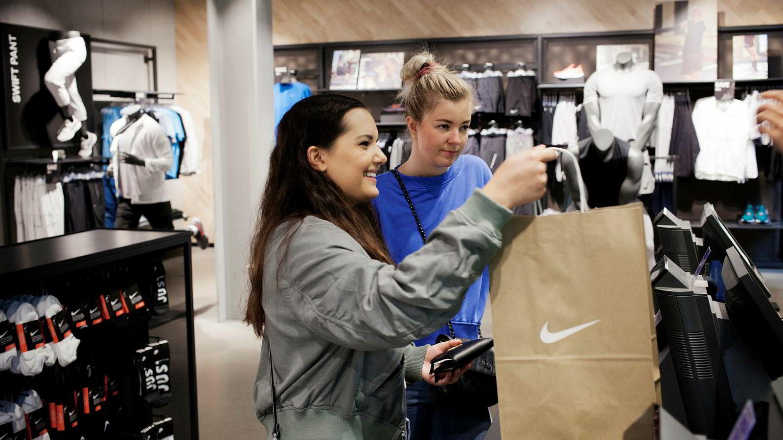 Charlotte Latini (24, til venstre) og venninnen Henriette Veiby (25) på shoppingtur på Karl Johan. Begge er DNB-kunder og misfornøyd med at banken ikke støtter Apple Pay.