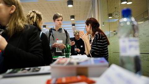 Joakim Skjelbred Misund (21) vurderer utveksling til München og snakker med Miriam Schnick under NHOs utdannelsesmesse. Han er mest opptatt av fagene, men vil også unngå høye skolepenger. Foto: Per Thrana