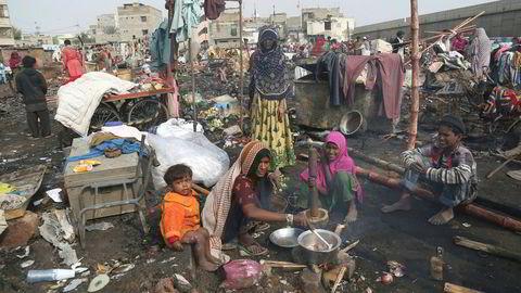 FN anslår at 1,6 milliarder har utilstrekkelig bolig, 60 millioner fordrives årlig fra hjemmene sine mens antallet hjemløse i verden aldri har vært større. Før 2025 trengs én milliard nye boliger for å møte befolkningsvekst og urbanisering. Her fra slummen i Pakistans største by, Karachi.