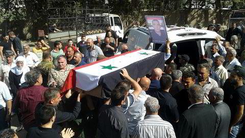 Over 200 døde i det mest dødelige angrepet i Sweida så langt i krigen. Her begraver lokalbefolkningen en av de drepte, ifølge det statlige nyhetsbyrået SANA.