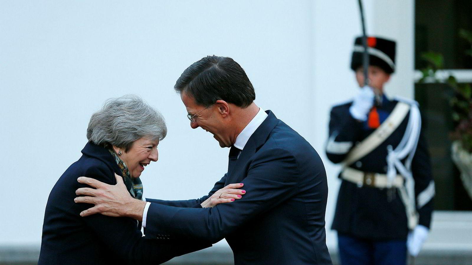 Den britiske statsministeren Theresa May ble hjertelig mottatt av sin nederlandske kollega Mark Rutte i Haag tirsdag formiddag.