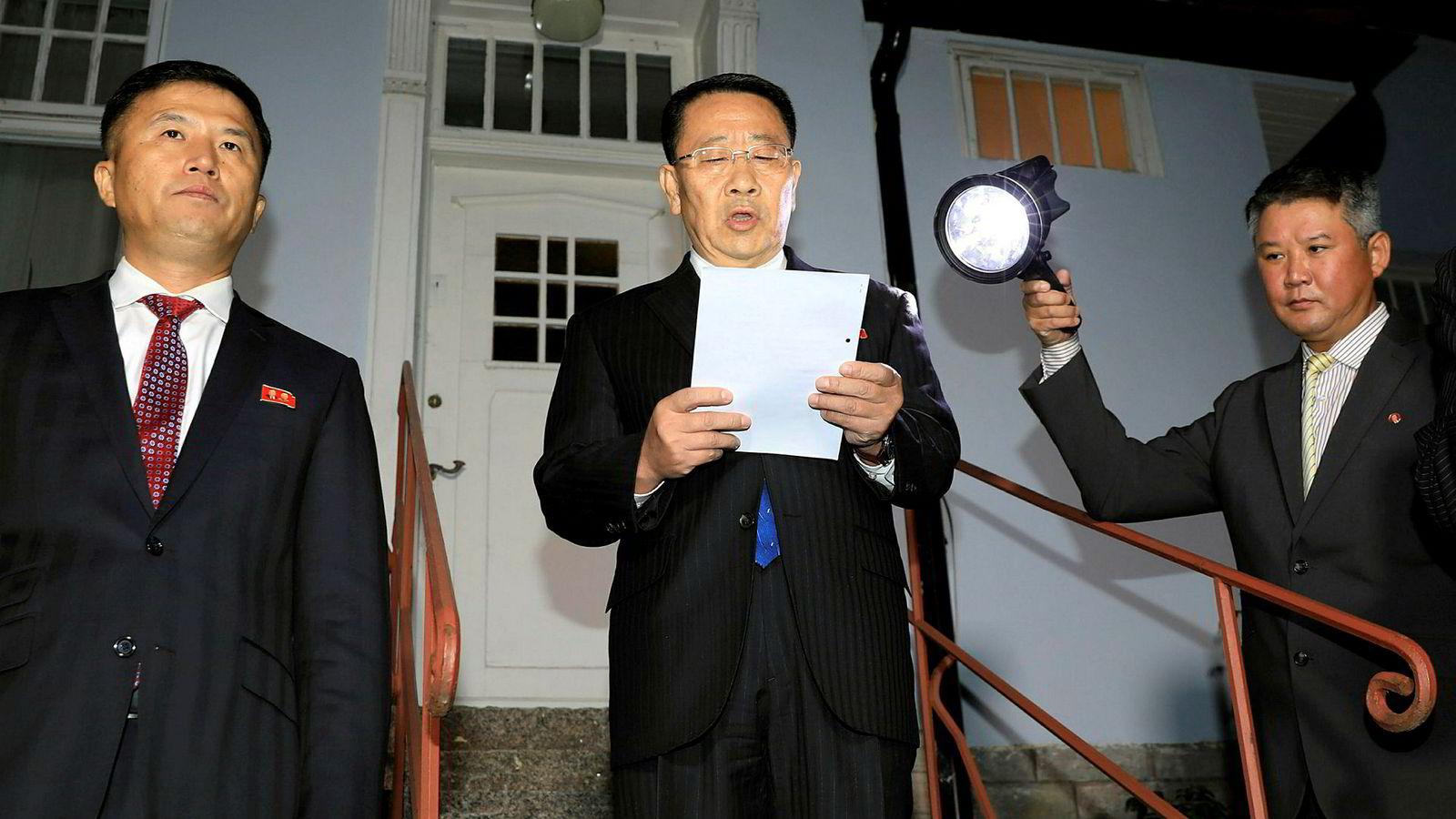 Nord-Koreas forhandlingsleder Kim Myong-gil uttalte seg utenfor den nordkoreanske ambassaden i Stockholm lørdag kveld.