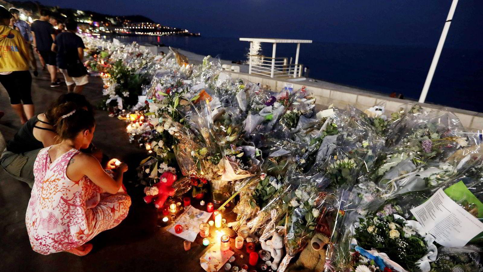 Folk legger ned blomster på Promenade des Anglais i Nice etter terrorangrepet 14. juli 2016. Foto: Valery Hache/Afp/NTB Scanpix.