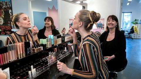 – Våre produkter tester vi på oss selv, sier daglig leder Berit Malene Sjøvik i Makeup Mekka til høyre, mens medeier og markedssjef Katja Ivarson (nærmest)  tester en lipgloss.