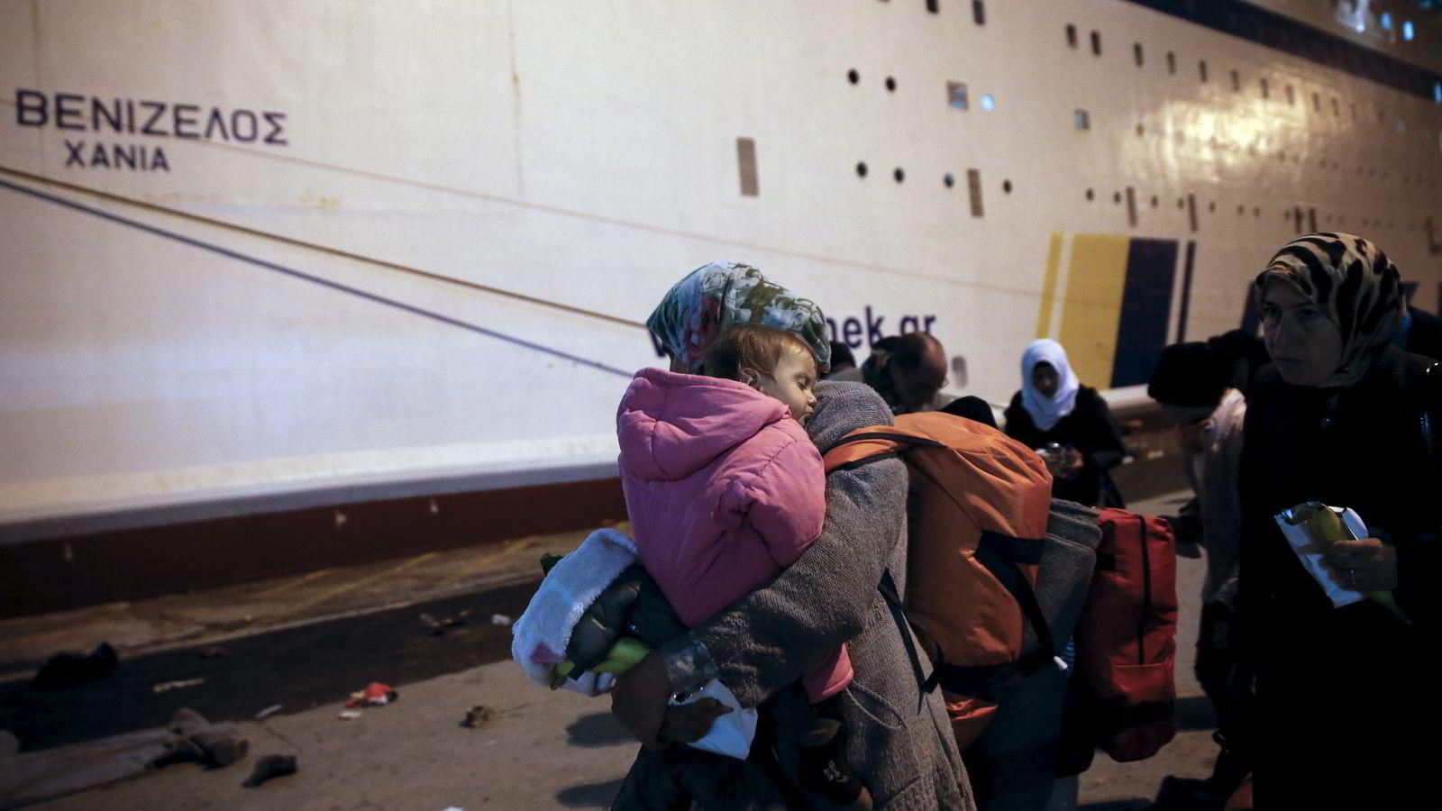 Tjenestemenn sa lørdag at det er 47.500 flyktninger i Hellas, inkludert 8.200 på øyene. Her forbereder flyktninger seg på å gå om bord i en gresk ferje for å bli transportert videre til flyktningleirer i landet. Foto: Alkis Konstantinidis / Reuters / NTB scanpix