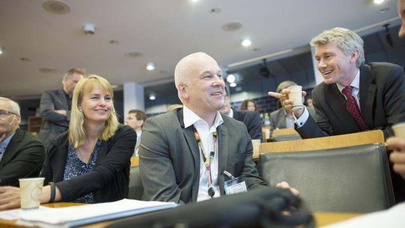 TV 2-sjef Olav Sandnes (til høyre) og NRK-sjef Thor Gjermund Eriksen var begge tilstede i høringen på Stortinget torsdag. Randi Øgrey (til venstre) fra Mediebedriftene var også på høringen. Arkivfoto: Øyvind Elvsborg