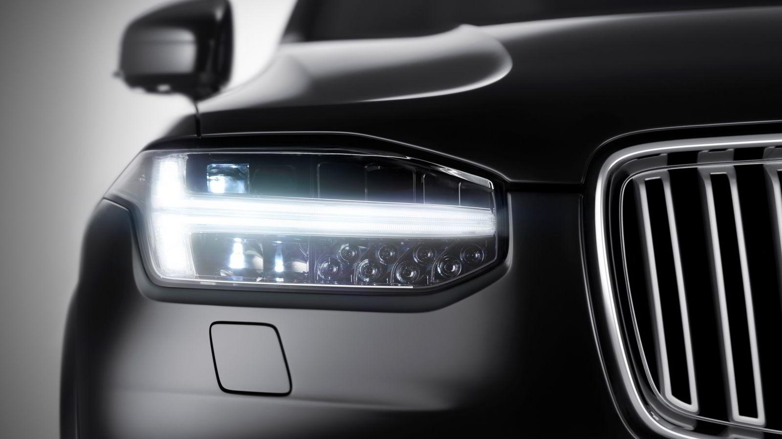 Volvo XC90 kommer til Norge i starten av neste år. Dette er foreløpig det eneste bildet Volvo har sluppet av den nye modellen, og viser bilens LED-lys som visstnok er inspirert av Tors hammer.