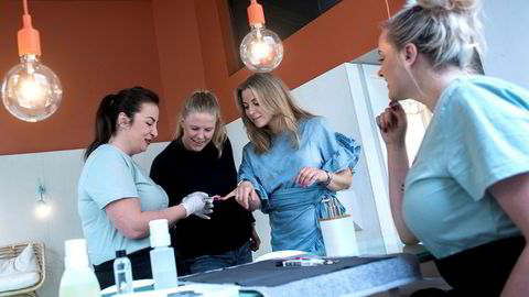 De to eneste ansatte i Olio, Eirini Lappa (til venstre) og Jessica Herbertson (til høyre) instruerer daglig leder Mia Solem (i sort) og partner i Askeladden, Linn Børke.