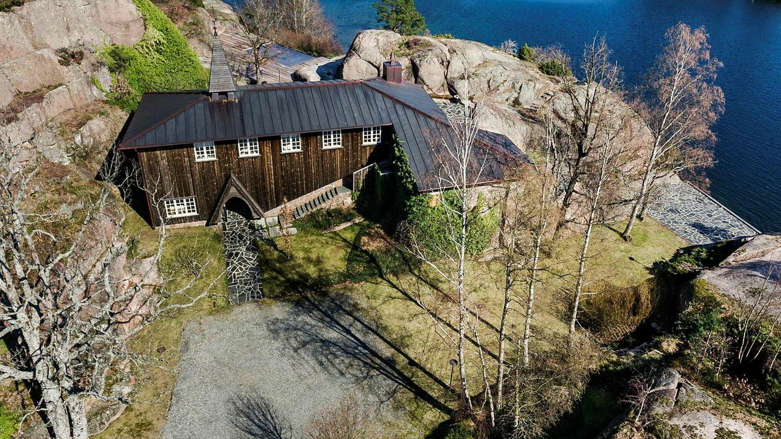 Slotte på Hesnes utenfor Grimstad har fått ny eier. Ellen Kathrine Dyvik ga 18 millioner kroner for eiendommen, som tidligere tilhørte kraft-investor Einar Aas.