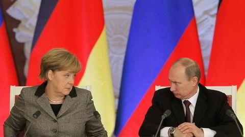 I SAMTALER. Russlands president Vladimir Putin og Tysklands statsminister Angela Merkel på pressekonferanse i Kreml i november 2012. Merkel vil nå lette litt på sanksjonene mot Russland med handelsavtaler. Foto: Reuters / NTB scanpix