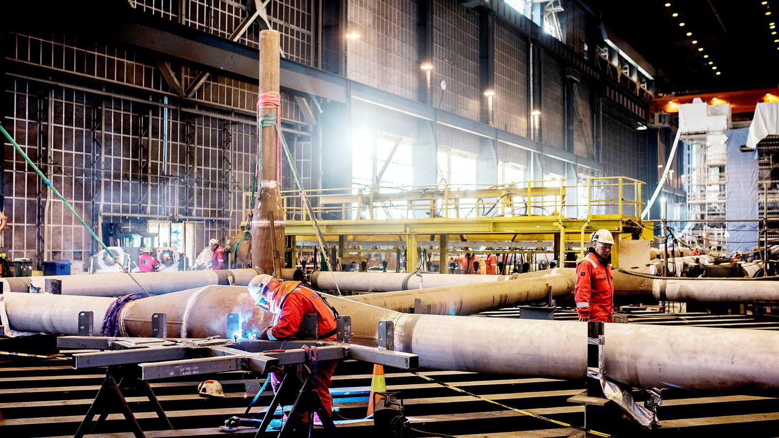 Aktiviteten er på vei opp i norsk oljeservice, men lønnsomheten er fortsatt under press. Her ved Rosenberg Verft bygges det nå gangbroer og fakkeltårn til Johan Sverdrup-feltet.