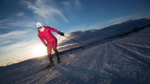 Anette Bøe skøyter seg varm i Geilos kveldsfrost. Foto: Thomas T. Kleiven