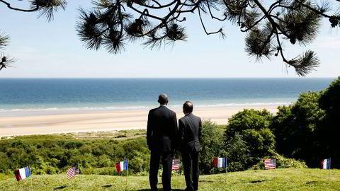 FIN FASADE. USAs president Barack Obama og Frankrikes president Francois Hollande markerte fredag 70-årsjubileet for D-dagen i franske Colleville-sur-mer. Her ser de ut over Omaha Beach. Foto: Kevin Lamarque, Reuters/NTB Scanpix