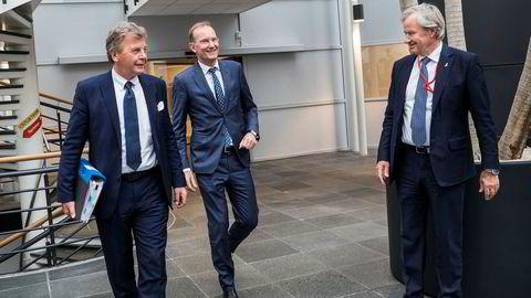 Norwegians nye styreleder Niels Smedegaard (i midten) møtte eierne på Fornebu tirsdag kveld. Her med avtroppende styreleder Bjørn H. Kise (til venstre) og toppsjef Bjørn Kjos.