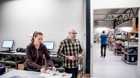 Daglig leder i Hekta på tur Rune Tangen Kjeldsen har startet et nytt nettbutikk-eventyr. Datteren Lena Charlotte Kjeldsen jobber også i nettbutikken som selger friluftsutstyr.