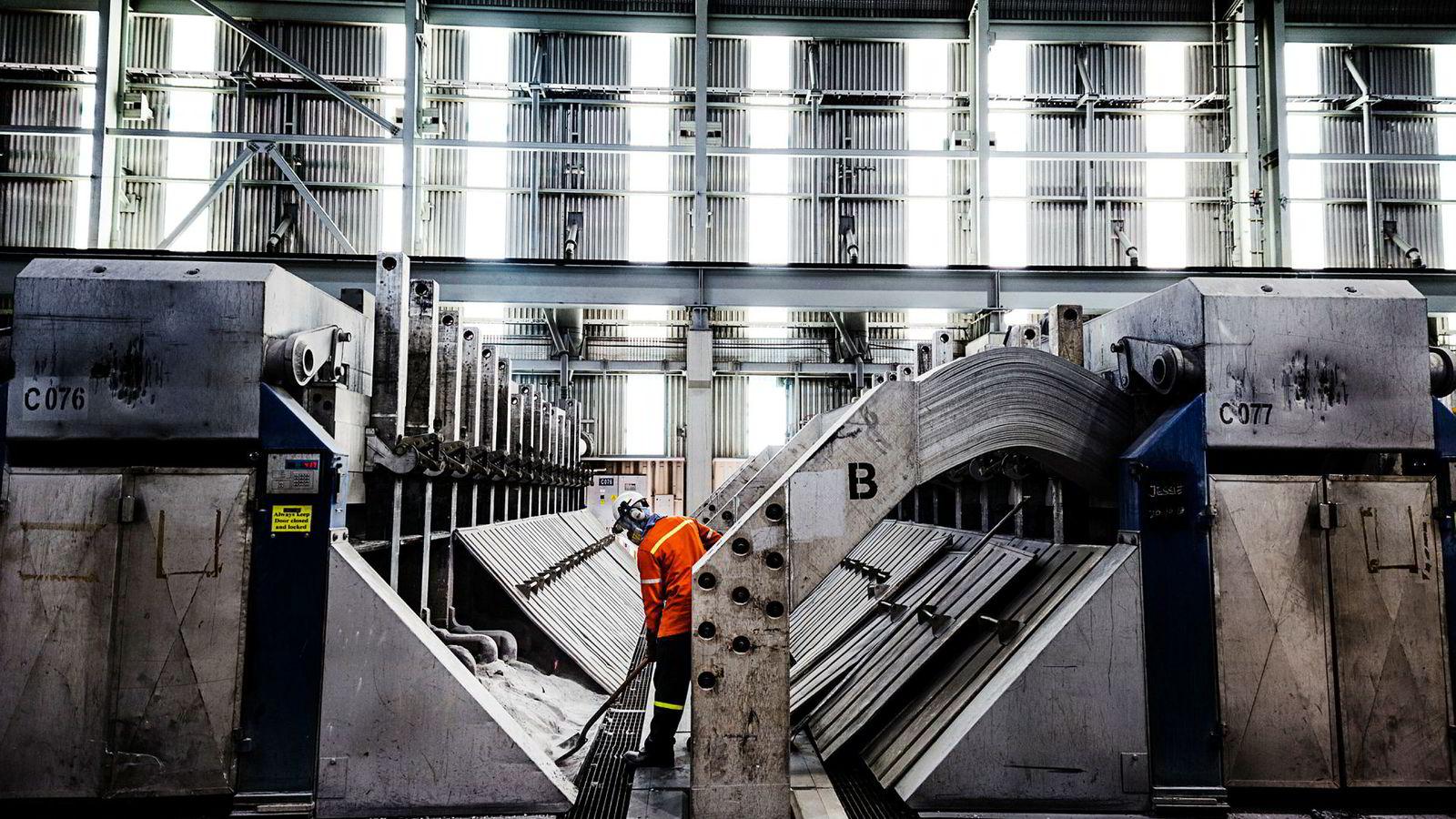 Qatalum er et aluminiumsverk i industriområdet utenfor Doha som er 50 prosent eid av Hydro og resten er eid av Qatar Petroleum. Her er smelteverksdelen av fabrikken, hvor elektrolysen foregår. Foto: Per Thrana.