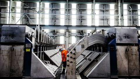 Qatalum er et aluminiumsverk i industriområdet utenfor Doha som er 50 prosent eid av Hydro og resten er eid av Qatar Petroleum. Her er smelteverksdelen av fabrikken, hvor elektrolysen foregår. Foto: